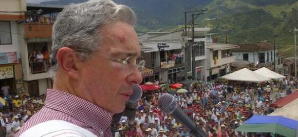 «Nos comprometemos a mejorar sueldos de profesores y policías» Uribe en Belén