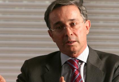«Gobierno abandona plataforma que lo elegió y miente con disculpas burocráticas» Uribe