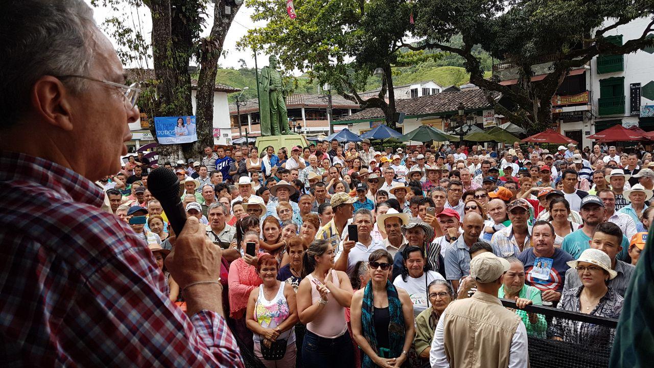El castrochavismo destruye, nuestros candidatos construyen: Uribe