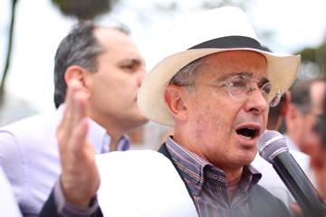 GobSantos tolera que Farc secuestren, asesinen y sean bufones: Uribe