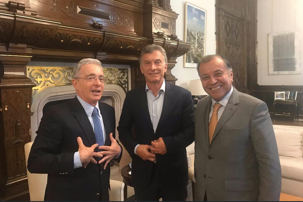 Álvaro Uribe, la «bestia negra del chavismo», se reunió con Macri